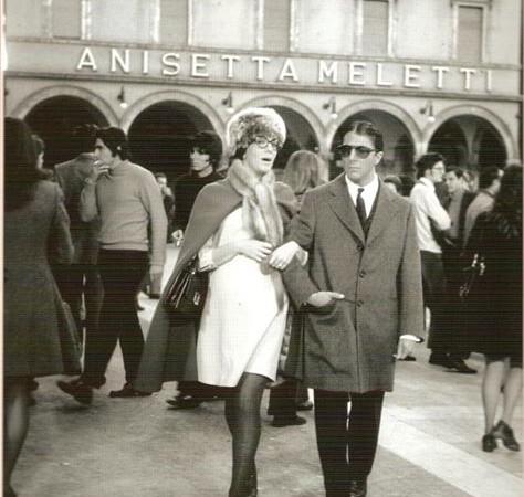 L'attore Dustin Hoffman a Piazza del Popolo, Ascoli Piceno, all'uscita dello storico Caffè Meletti